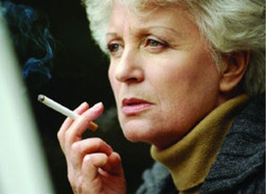 Курящие дамы к периоду менопаузы рискуют остаться без зубов