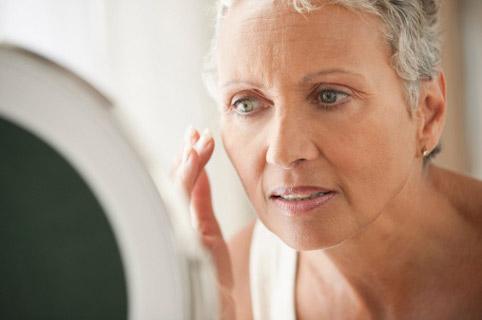Некоторые женщины могут страдать от приливов еще до наступления менопаузы