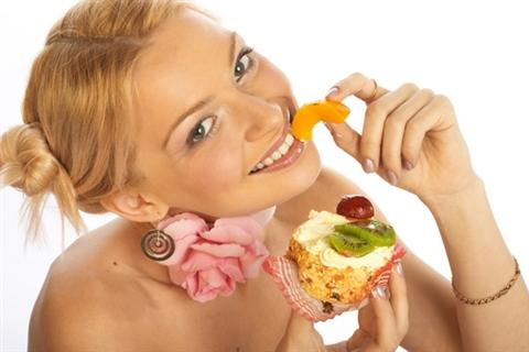Активность гормонов сопровождается значительной тратой денег и частым налеганем на сладкое