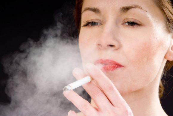 Курящие женщины с ранней менопаузой живут на 2,6 года меньше