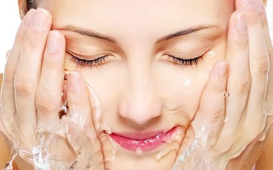 Как грамотно освежить и очистить кожу лица?