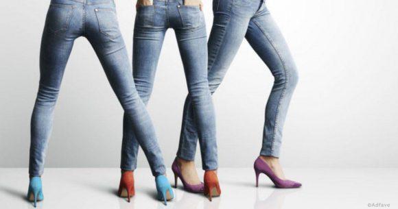 Назван возраст, в котором женщине пора перестать носить джинсы