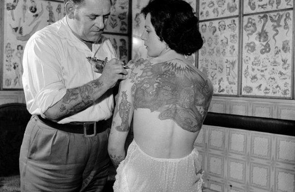 Как татуировки влияют на организм женщин