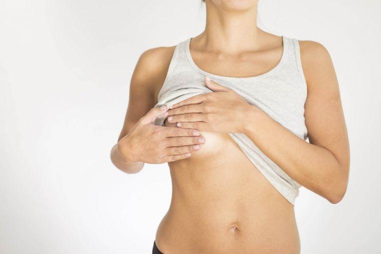Почему перед месячными болит грудь?