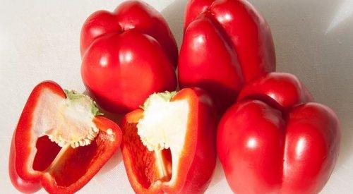 Женщинам важно есть красные плоды с юных лет