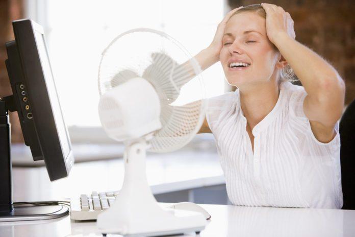 Врачи назвали неожиданную пользу жары в офисе для женщин