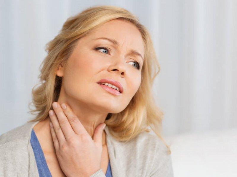 Эндокринолог рассказал о 4 признаках проблем с щитовидкой у женщин