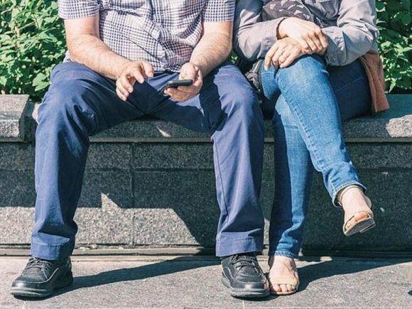 Врачи рекомендуют женщинам сидеть по-мужски