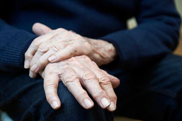 Почему у пожилых людей может появиться тремор?