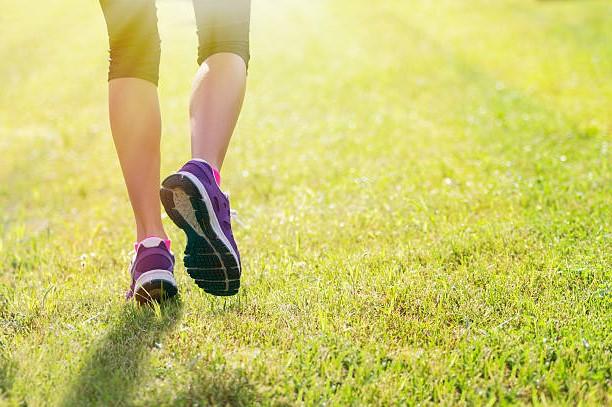 Прогулки на свежем воздухе идеально подходят для улучшения женского здоровья