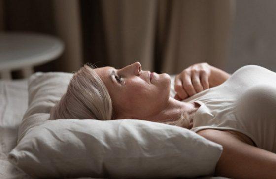 Проблемы со сном в менопаузе приводят к набору веса